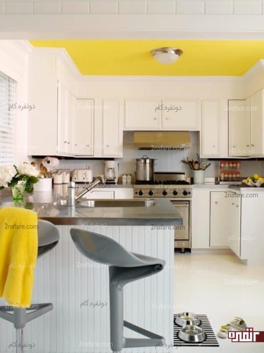 آشپزخانه درخشان با سقف زرد