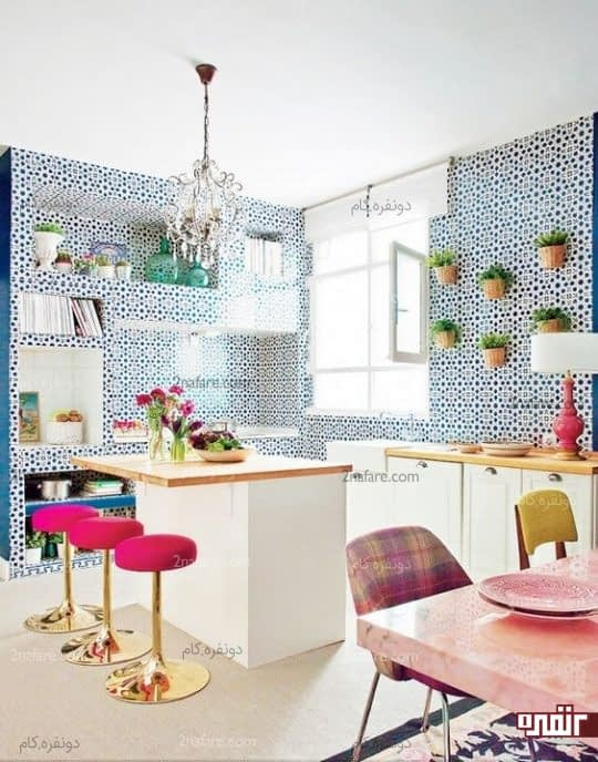 آشپزخانه کوچک و جذاب با کاغذ دیواری طرح هندسی آبی رنگ