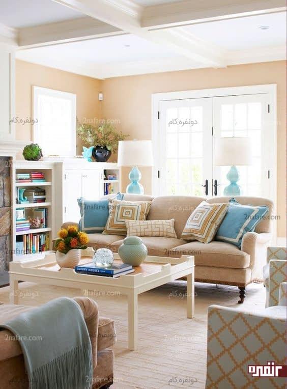 اتاق نشیمن آرام و لطیف با بکارگیری رنگ شتری در تمام قسمت ها