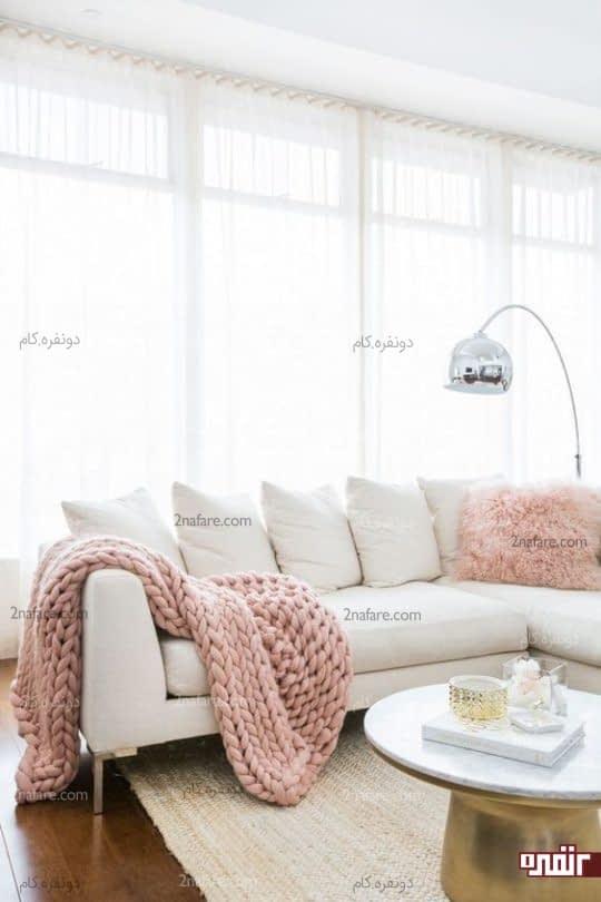 اتاق نشیمن سفید با اکسسوری های فانتزی و صورتی