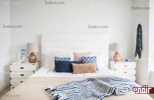 استفاده از اکسسوری های آبی در اتاق خواب سفید
