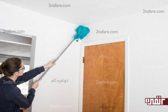استفاده از پارچه ی مرطوب برای پاک کردن گرد و غبار دیوارها