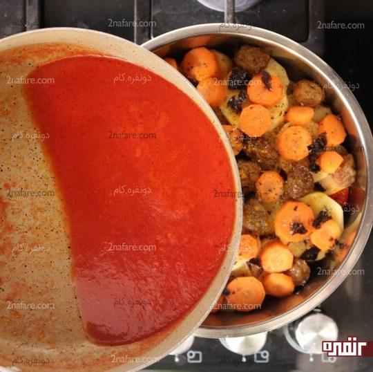 اضافه کردن مخلوط رب و آب گوجه به قابلمه