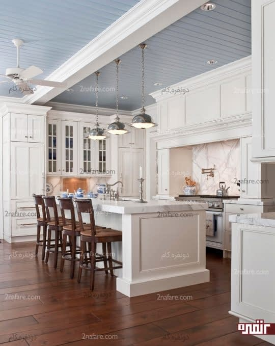 افزودن اکسسوری های آبی رنگ به آشپزخانه سفید