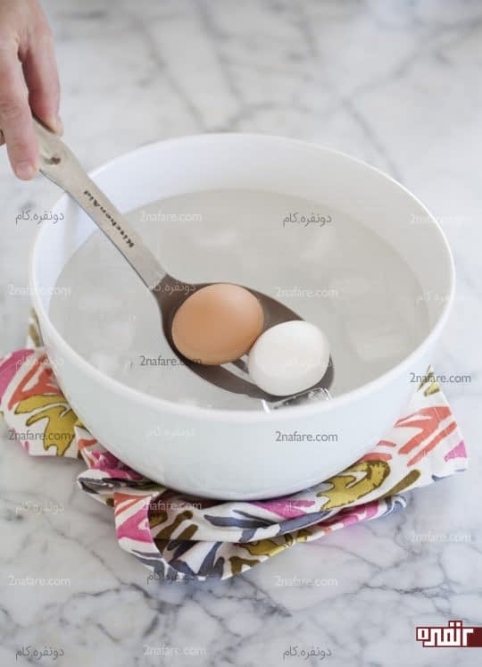 انداختن تخم مرغ ها در آب و یخ