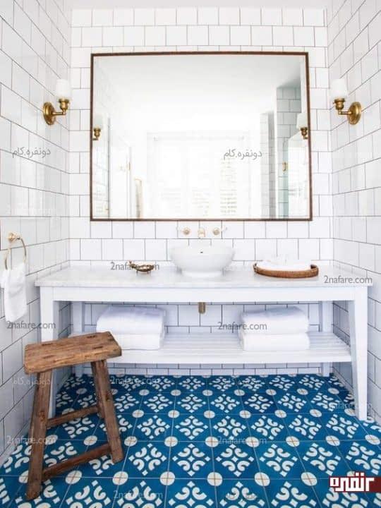 ترکیب کاش با رنگ های سفید و آبی در دکوراسیون حمام