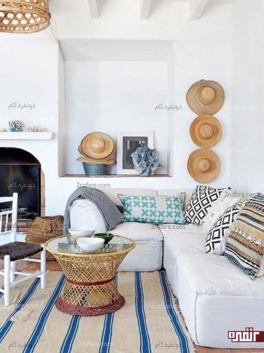 تزیین دیوار اتاق نشیمن با کلاه های حصیری