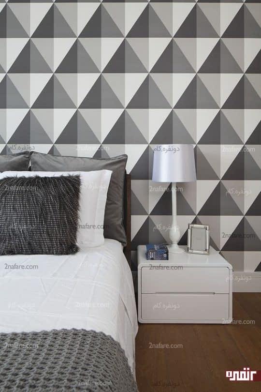تزیین دیوار پشت تخت خواب با کاغذ دیواری طرح هندسی