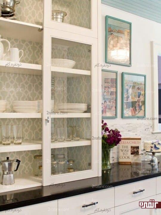 تزیین فضای داخلی کمد های شیشه ای آشپزخانه با کاغذ دیواری