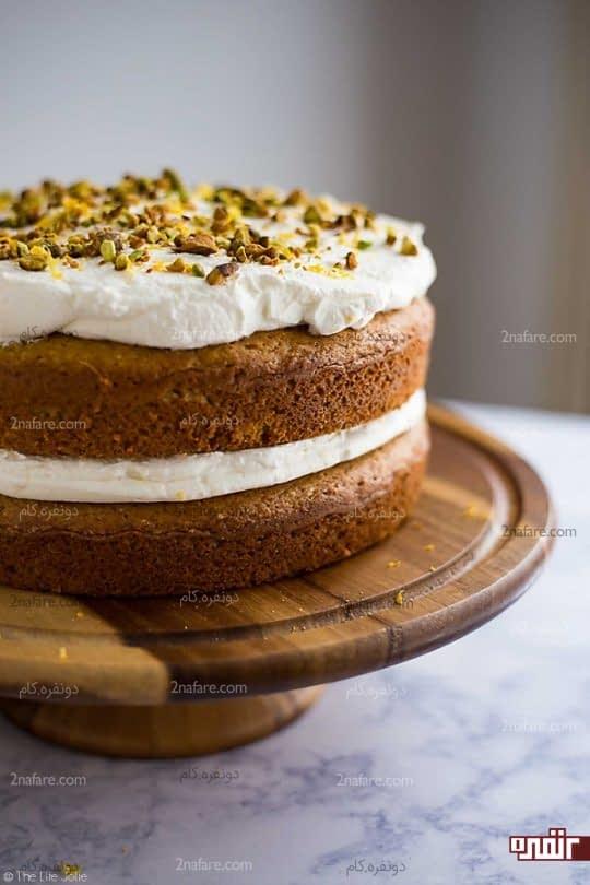 تزیین کیک با خامه و مغز پسته