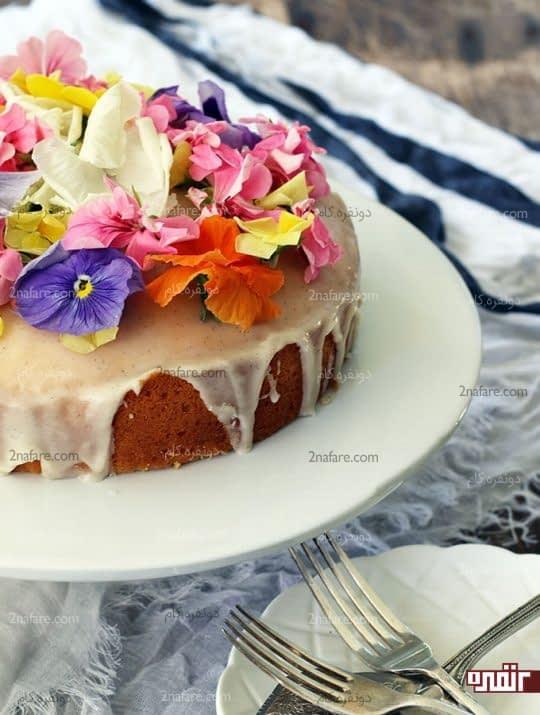 تزیین کیک با سس شیری و گل خوراکی