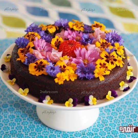 تزیین کیک کاکائویی با گل های خوراکی