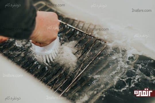 تمیز کردن توری ها با فرچه