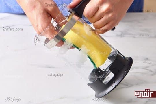 تمیز کردن داخل فرنچ پرس به کمک اسکاچ