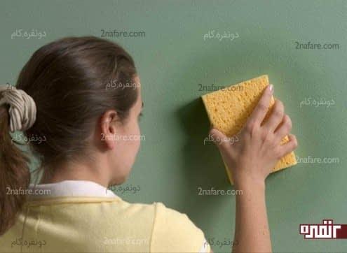 تمیز کردن دیوار رنگی با اسفنج نرم