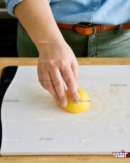 تمیز کردن لکه ها با لیمو
