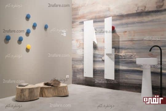 تنه ی درخت به عنوان صندلی و آویزهای تزیینی و خاص روی دیوارها