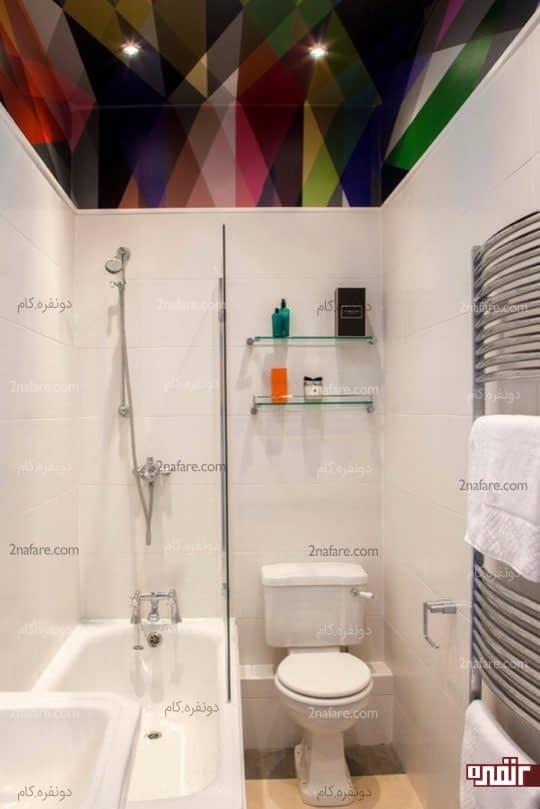 جذابیت سرویس بهداشتی سفید با سقف طرح دار و رنگی