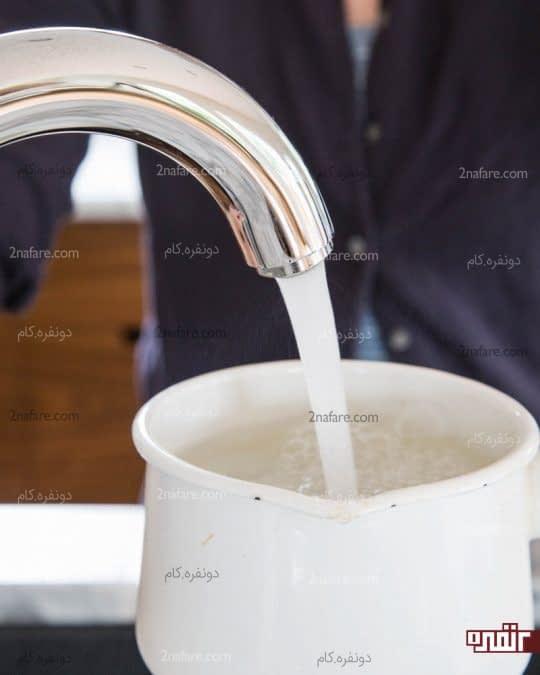 ریختن آب در قابلمه ای کوچک