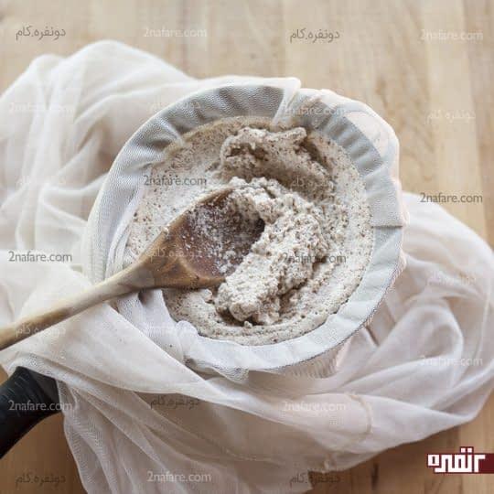 ریختن شیر بادام در تنظیف پارچه ای