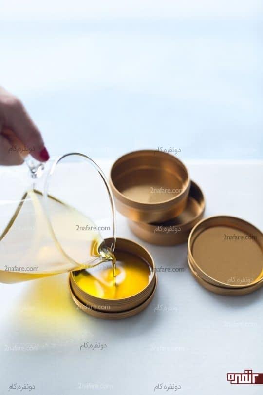 ریختن مرطوب کننده در ظرف مناسب