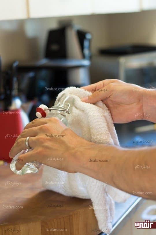 ریختن چند قطره روغن روی یک دستمال حوله ای