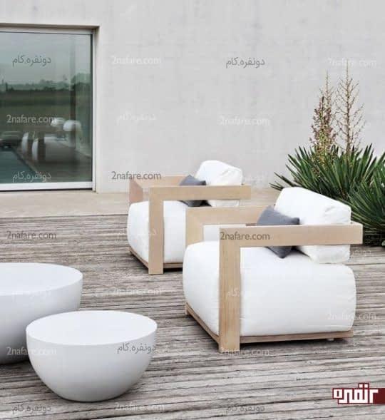 صندلی های سفید و جذاب در فضای باز خانه