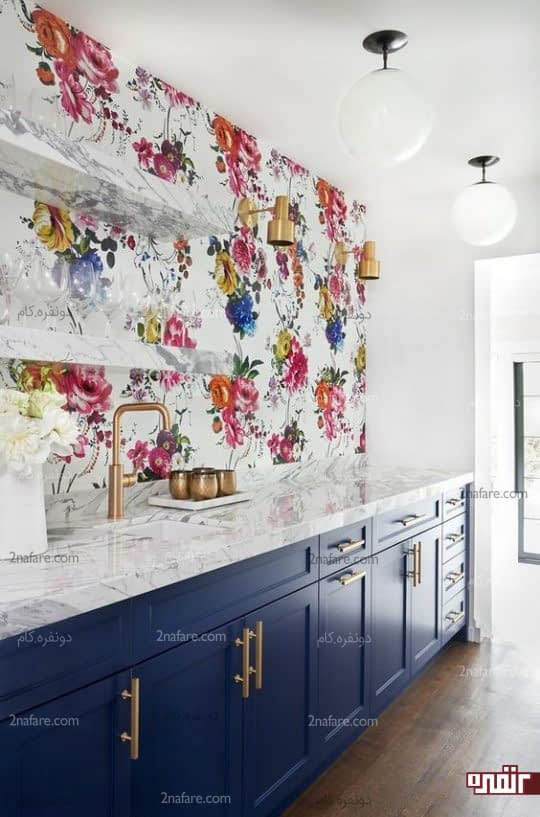 طراحی بک اسپلش آشپزخانه با کاغذدیواری گلدار و خوشرنگ
