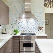 طراحی دیوار مرکزی آشپزخانه با کاغذ دیواری