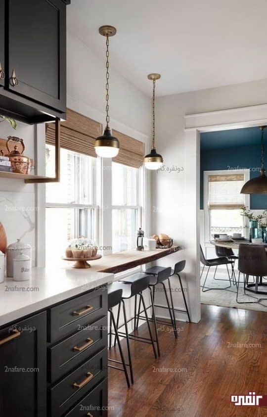 طراحی میز صبحانه خوری چوبی روی لبه پنجره آشپزخانه با صندلی های بلند