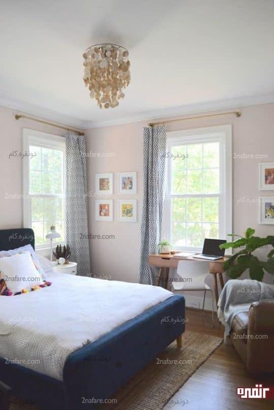 فضایی دنج و راحت، یک پنجره و صندلی مدرن در اتاق مهمان