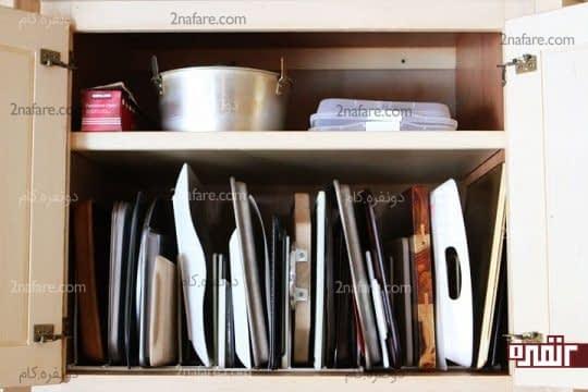 قرار دادن عمودی سینی ها در کنار هم داخل کابینت