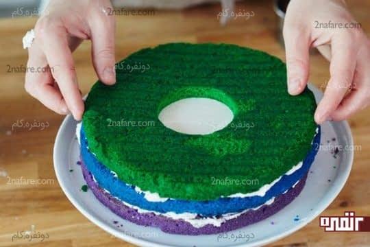 قرار دادن کیک سبز رنگ روی لایه های زیری