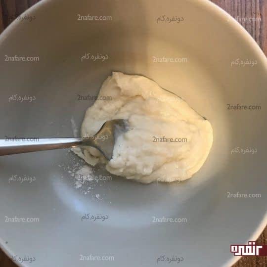 مخلوط کردن آرد و آب