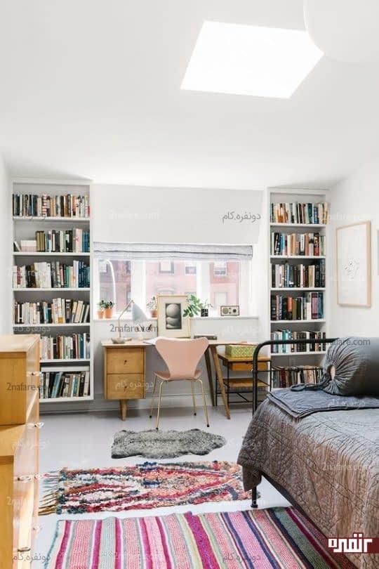 میز و صندلی چوبی و قفسه های کتاب در اتاق مهمان