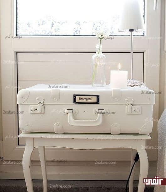 میز پاتختی سفید و متفاوت با رنگ آمیزی چمدان قدیمی