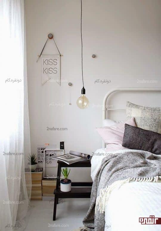 میز پاتختی چوبی و سیاه در اتاق خواب سبک اسکاندیناوی
