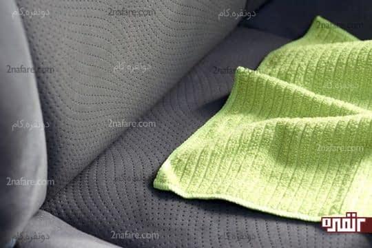 پاک کردن صندلی با دستمال میکروفایبر