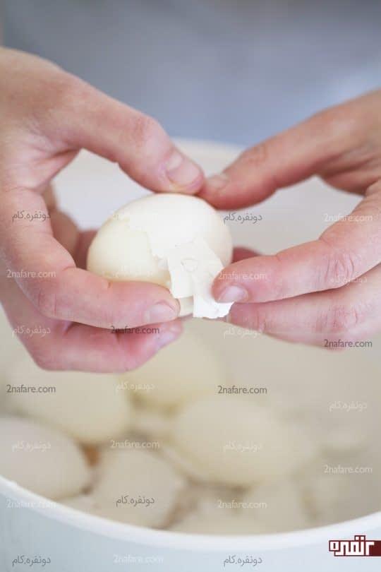 جدا کردن پوست تخم مرغ ها