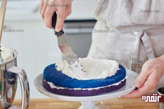 پوشاندن بین لایه های کیک با فراستینگ دلخواه