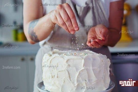 پوشاندن نهایی کیک و تزیین اون