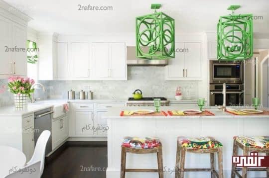 چراغ آویزهای زیبا با رنگ های شاد در آشپزخانه سفید
