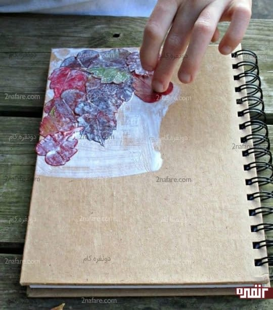 چسباندن برگها روی جلد دفترچه
