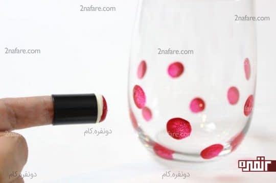 گذاشتن نقطه های رنگی روی لیوان شیشه ای