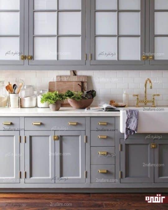 یک آشپزخانه خاکستری را با رنگ طلایی تغییر دهید