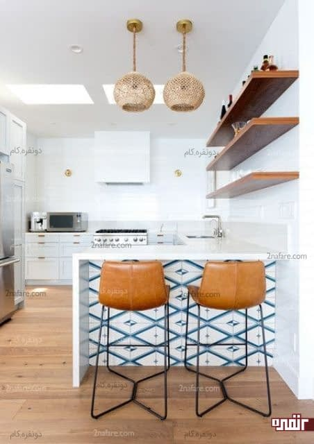 یک آشپزخانه مدرن ساحلی با کاشی های آبی در جزیره آشپزخانه