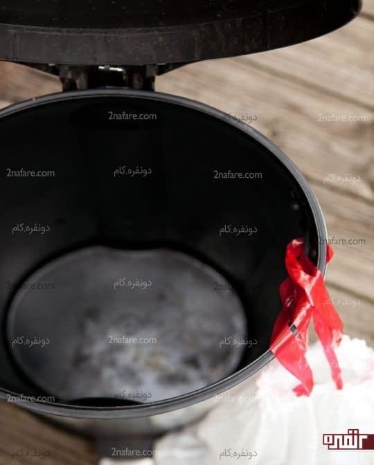 خارج کردن کیسه زباله از درون سطل