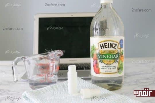 مخلوط کردن آب مقطر و سرکه سفید و ریختن آن در ظرف اسپری