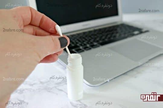 مرطوب کردن گوش پاک کن با استفاده از محلول آب و سرکه