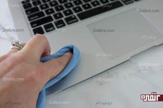 تمیز کردن پایه لپ تاپ و موس پد با استفاده از دستمال میکروفایبر